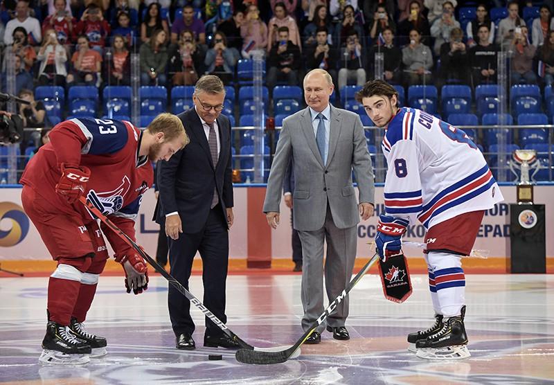 Владимир Путин и президент Международной Федерации хоккея Рене Фазель на церемонии открытия Кубка мира по хоккею