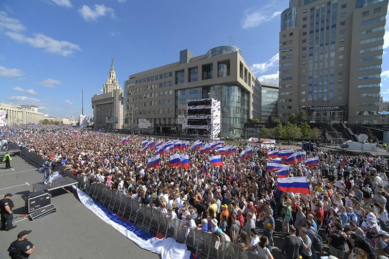 Участники митинга-концерта на проспекте Сахарова в Москве в честь Дня государственного флага