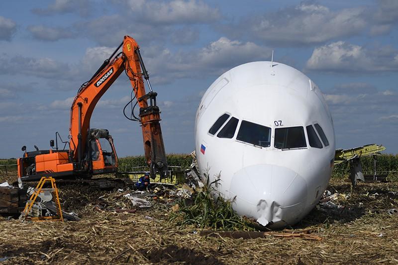Вывоз самолета Airbus A321 с места ЧП