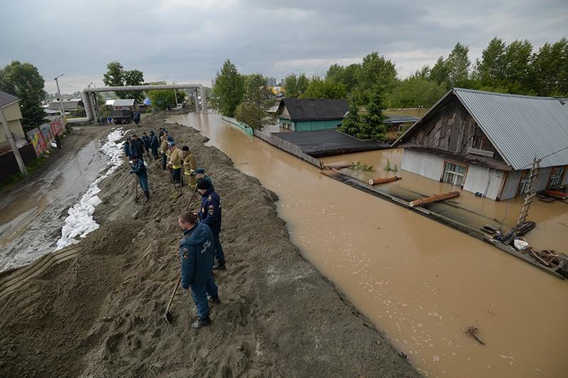 Сотрудники МЧС строят дамбу, защищающую от наводнения