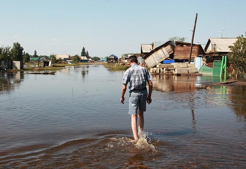 Житель на улице города Тулун в Иркутской области