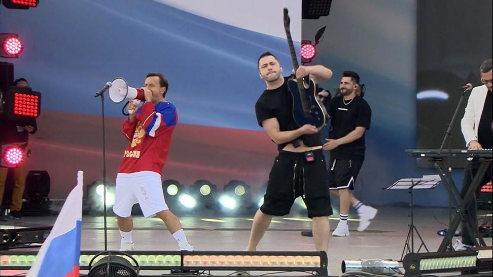 """Группа """"Дискотека Авария"""" выступает на Поклонной горе по случаю Дня флага"""