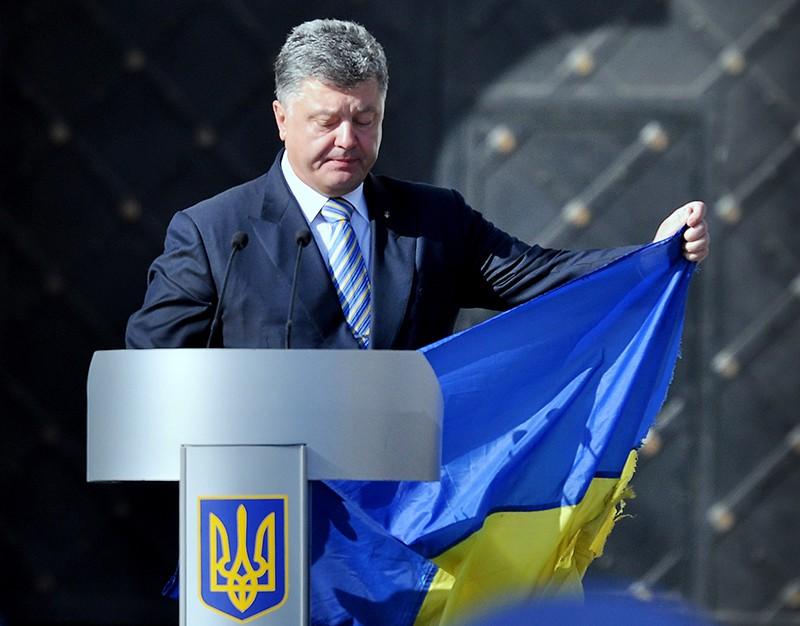 Пётр Порошенко с украинским флагом