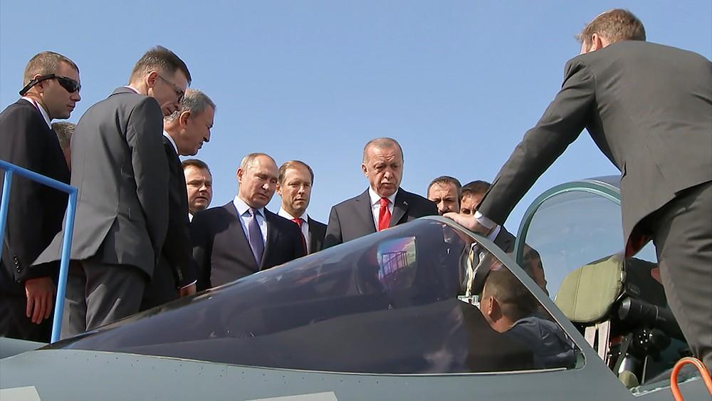 Владимир Путин и Реджеп Тайип Эрдоган осматривают истребитель Су-57