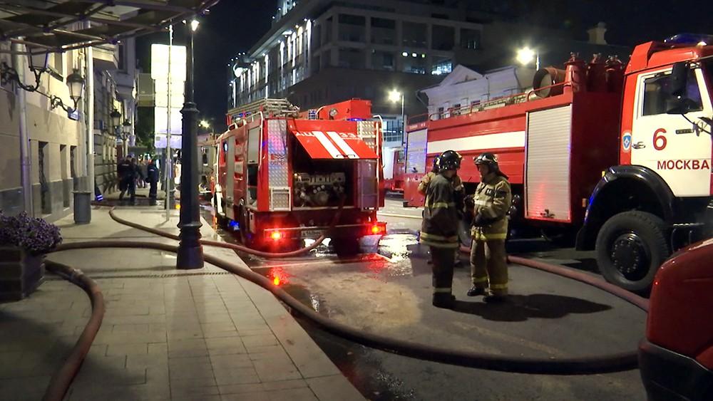 Пожарные Москвы на месте возгорания в центре города