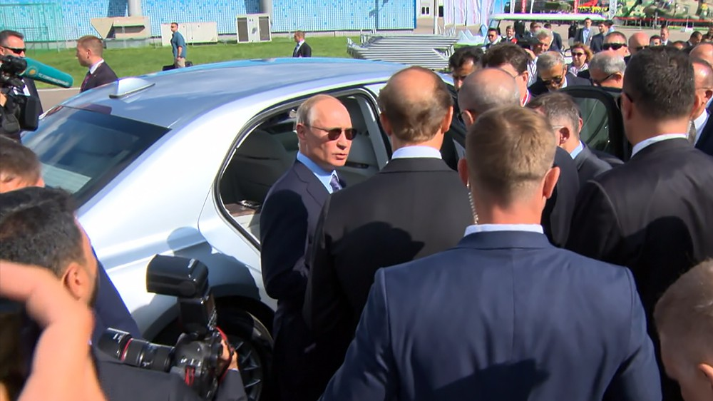 Владимир Путин и Реджеп Тайип Эрдоган осматривают автомобиль Aurus Senat