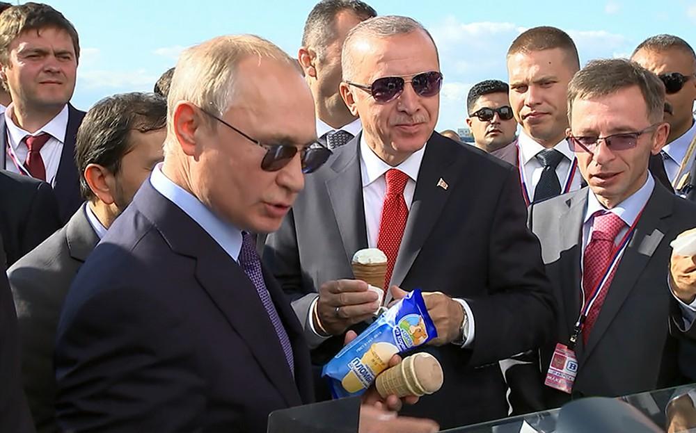 Владимир Путин и Реджеп Тайип Эрдоган едят мороженое