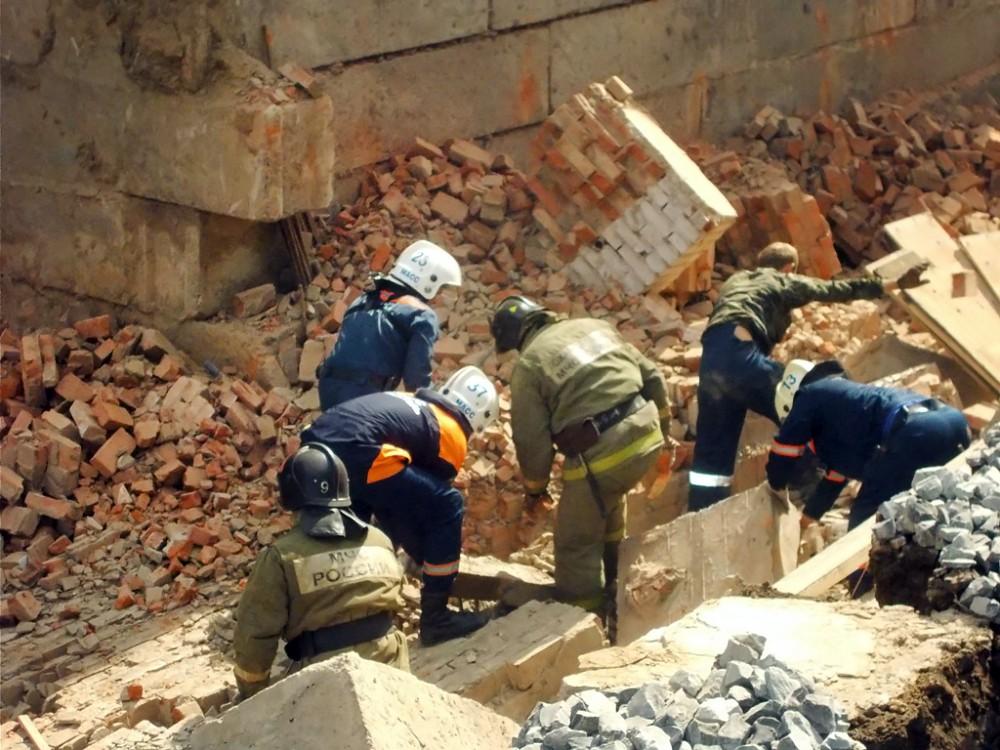 Работа спасателей МЧС на месте обрушения
