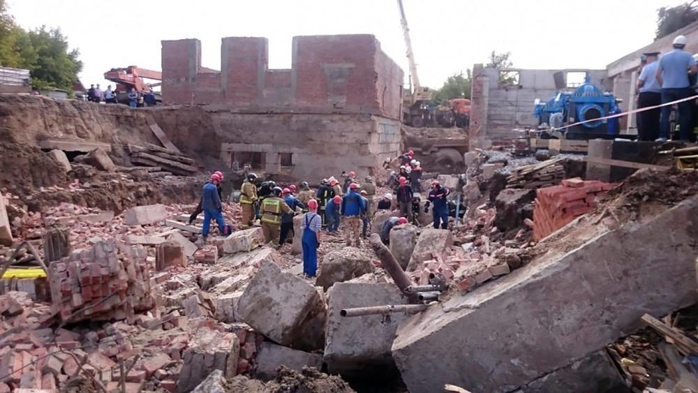 Спасатели МЧС работают на месте обрушения