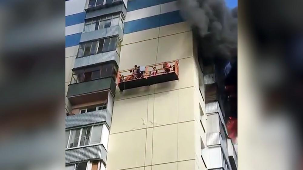 Спасение жителей горящей многоэтажки