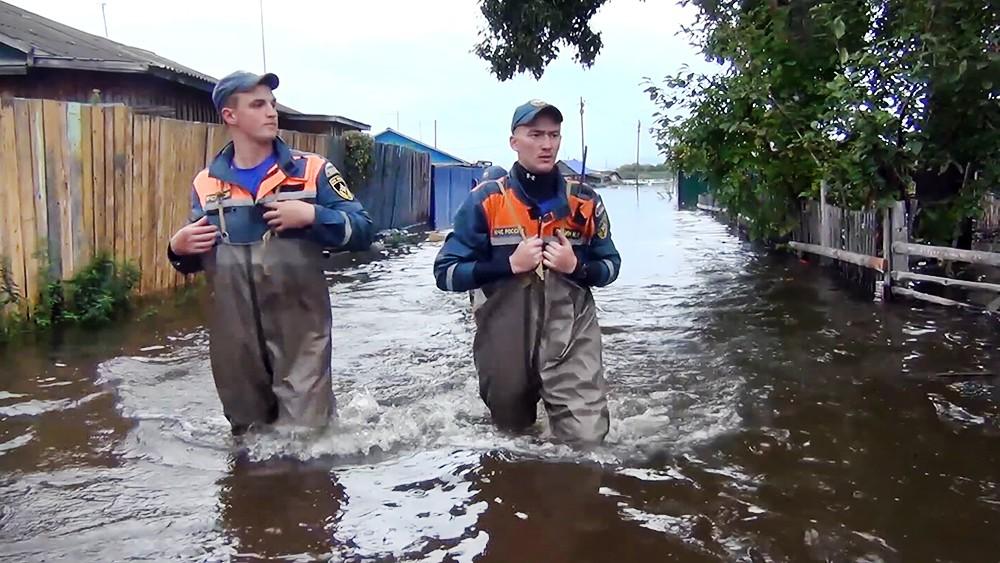 Спасатели МЧС работают в зоне паводка