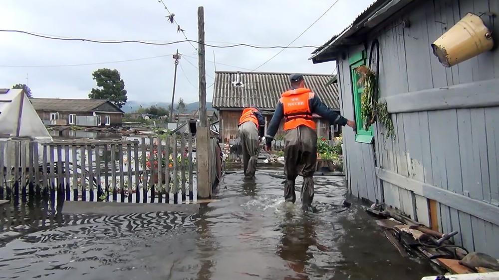 Спасатели МЧС работают в зоне паводкасатели