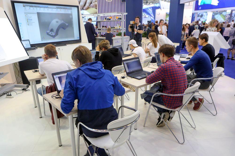 Школьники за компьютерами