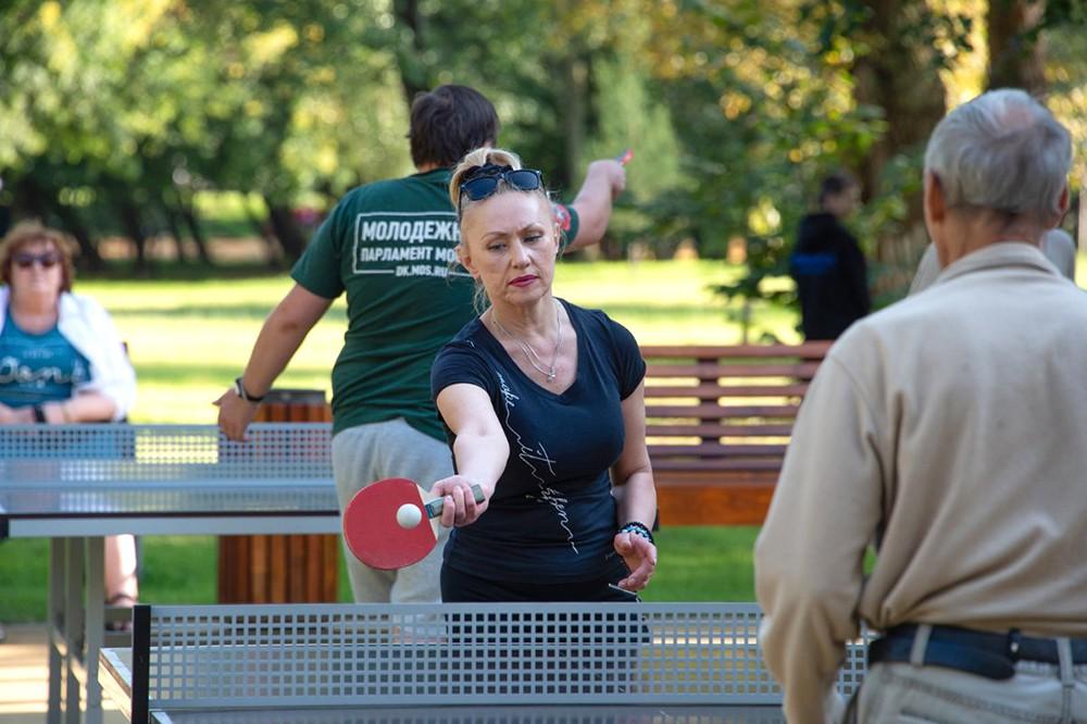 Люди играют в пинг-понг