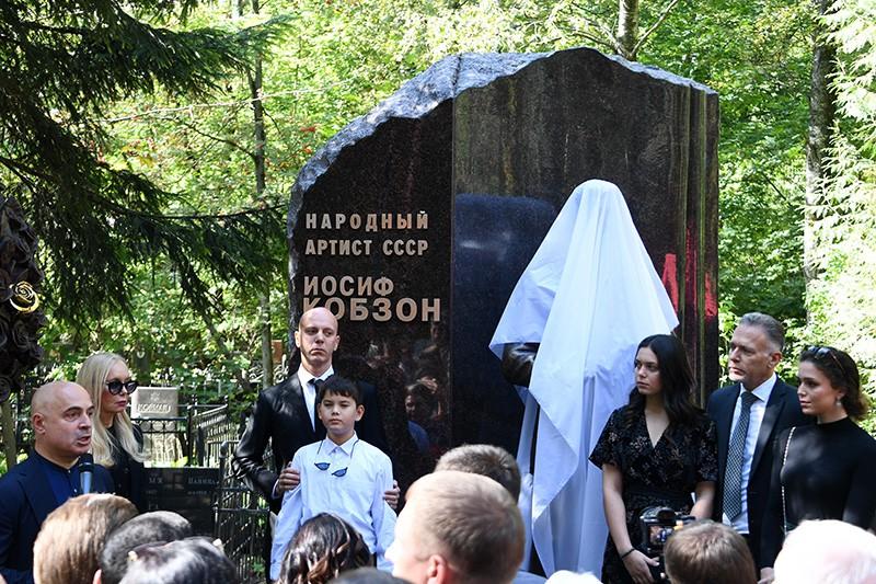Церемония открытия памятника певцу Иосифу Кобзону