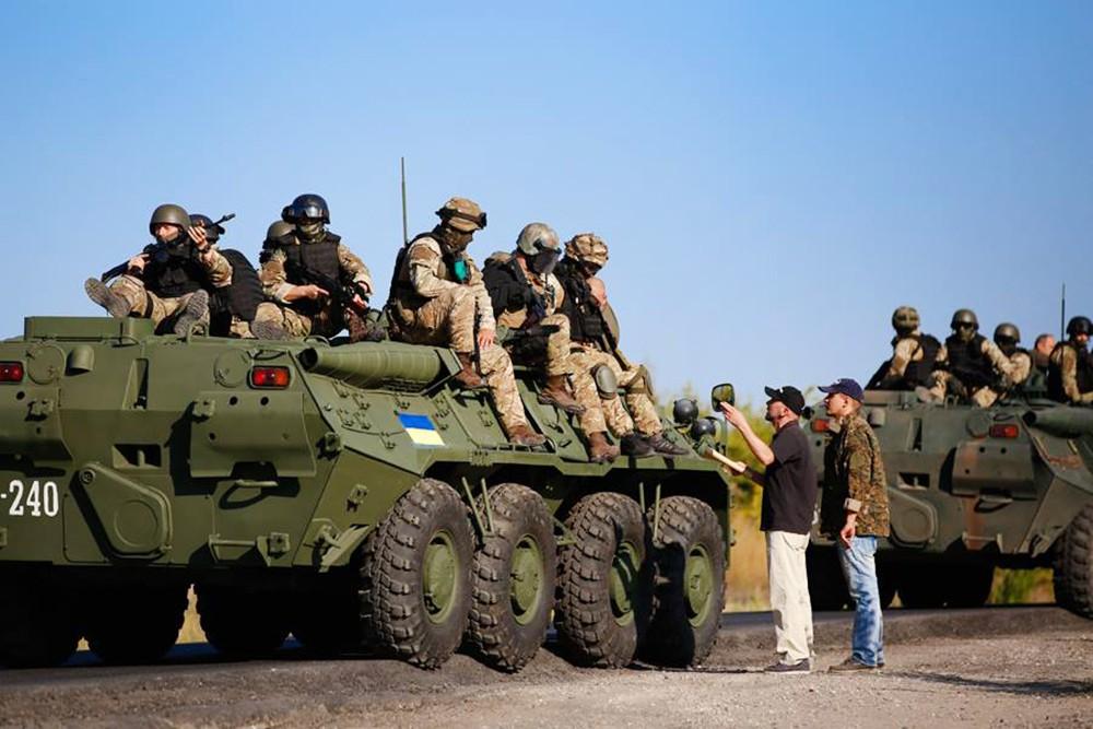 Украинские военные и жители