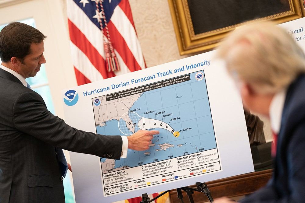 Дональду Трампу демонстрируют данные об урагане Дориан