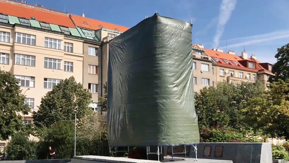 Памятник маршалу Коневу закрыли брезентом в Праге