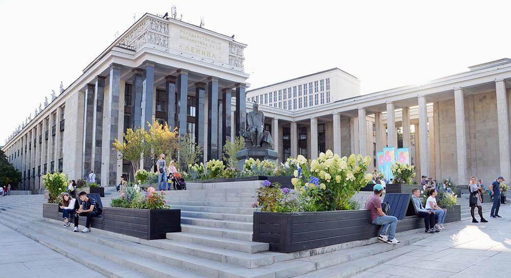 Площадь рядом с Российской государственной библиотекой