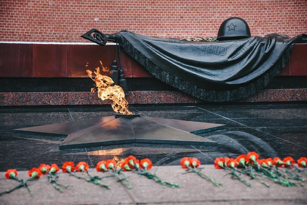 Вечный огонь у Могилы Неизвестного солдата в Александровском саду
