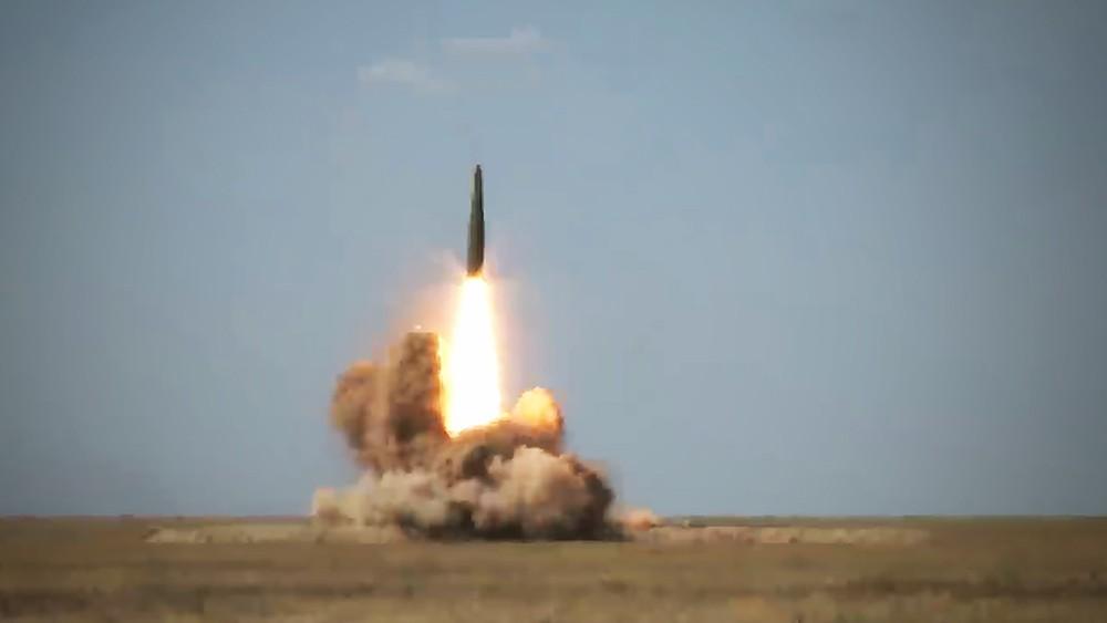 """Попадание в цель баллистической ракеты запущенной с ОТРК """"Искандер"""""""