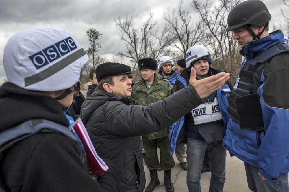 Наблюдатели ОБСЕ общаются с жителями Донбасса