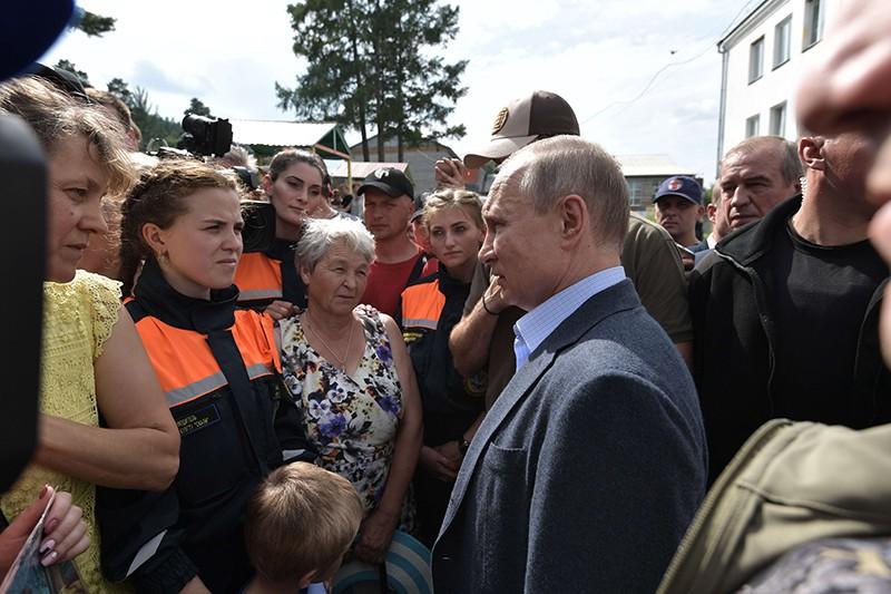 Владимир Путин во время общения с жителями Тулуна