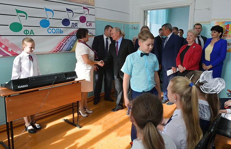 Владимир Путин во время посещения средней общеобразовательной школы №6 города Тулуна
