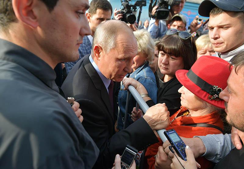 Владимир Путин общается с местными жителями после посещения средней общеобразовательной школы №6 города Тулуна