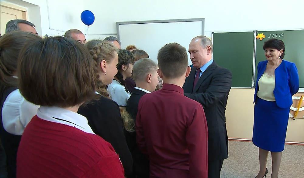 Владимир Путин во время посещения школы №6 города Тулуна