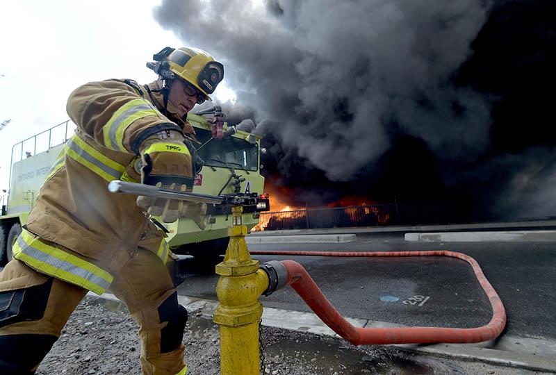 Пожарные во время тушения возгорания