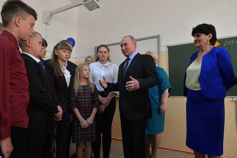 Владимир Путин посещает школу №6 города Тулуна