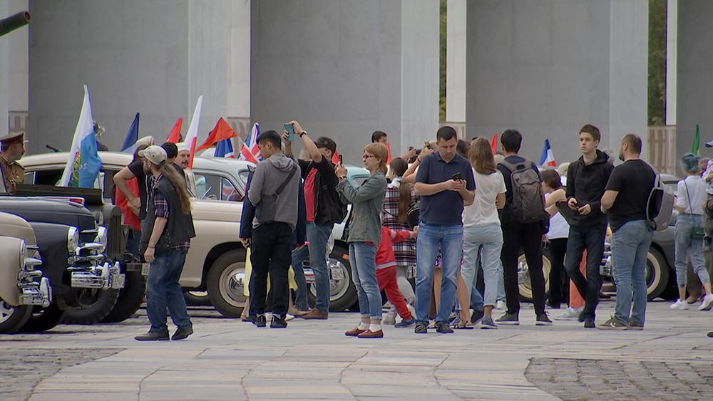 Выставка ретро автомобилей у Музея Победы