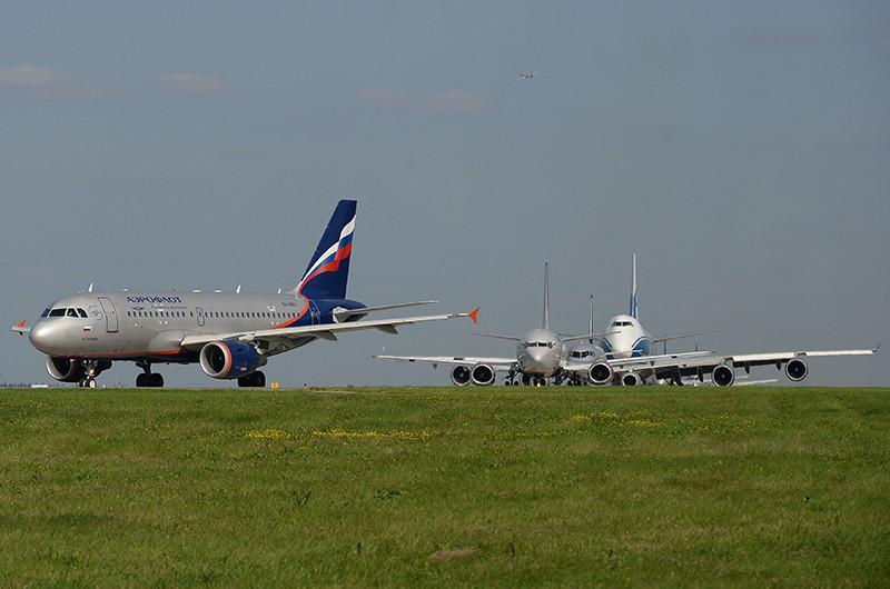 Самолеты на взлетно-посадочной полосе