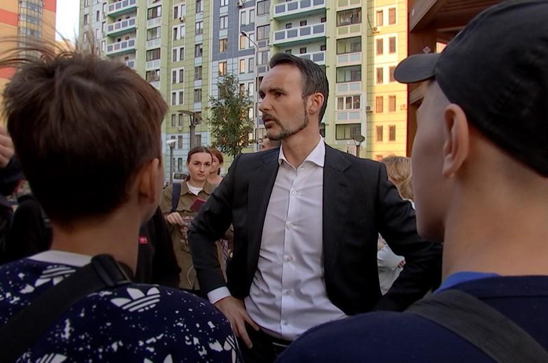 Кандидат в депутаты МГД Михаил Балыхин общается с жителями
