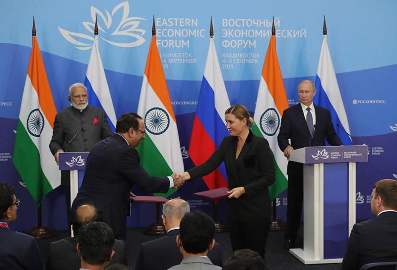 Владимир Путин и премьер-министр Индии Нарендра Моди (слева) на церемонии подписания совместных документов