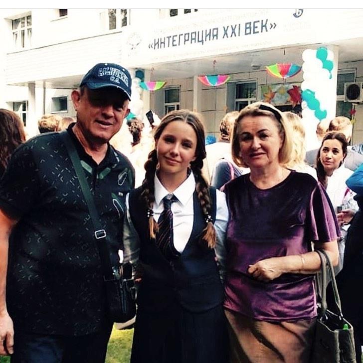 Вера Алдонина на школьной линейке