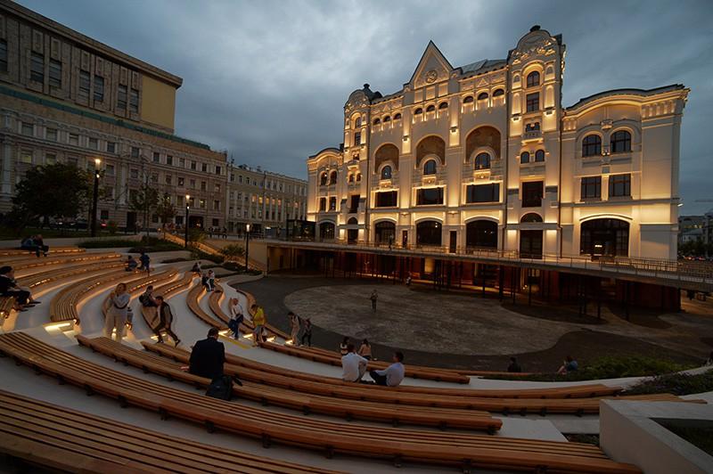 """Амфитеатр в """"Музейном парке"""" перед главным входом в Политехнический музей"""