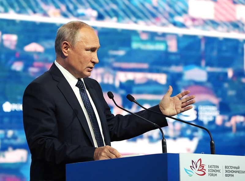 Владимир Путин выступает на пленарном заседании V Восточного экономического форума