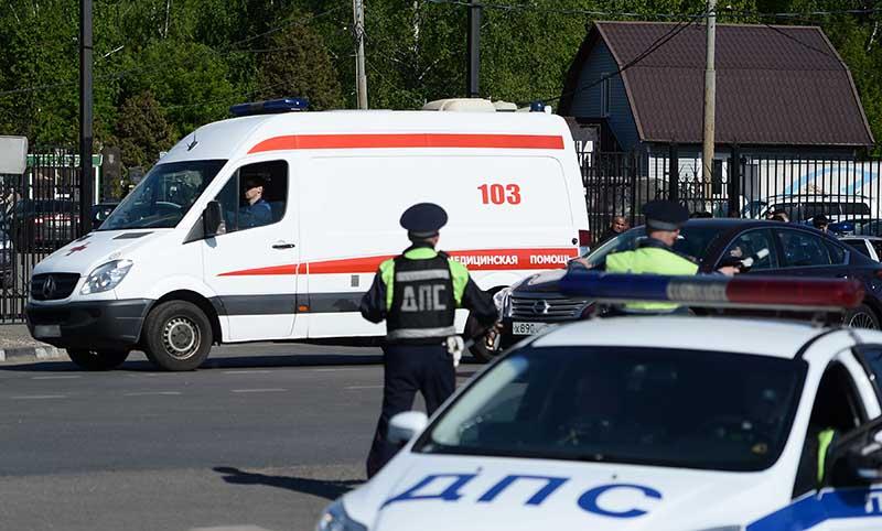 Сотрудники полиции и машина скорой помощи на месте происшествия