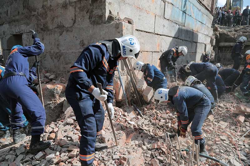 Спасатели МЧС на месте обрушения здания