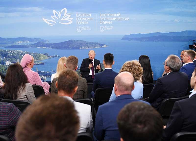 Владимир Путин проводит встречу с представителями общественности по вопросам развития Дальнего Востока