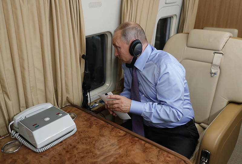 Владимир Путин во время перелета к космодрому Восточный