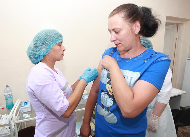 Медицинские работники делают вакцинацию