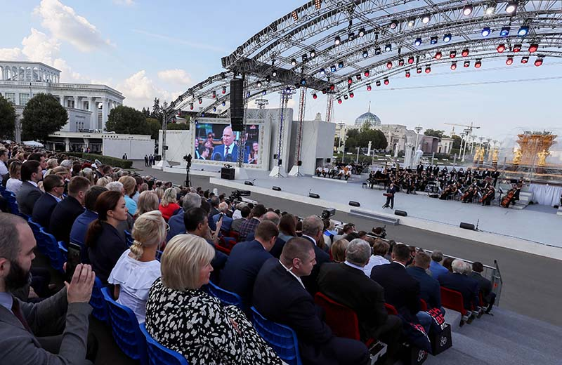 Владимир Путин выступает на торжественном мероприятии на ВДНХ, посвящённом празднованию Дня города Москвы