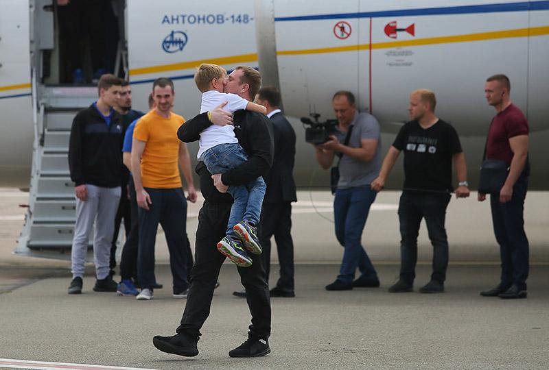 Встреча участников договоренности об освобождении между Россией и Украиной с родственниками в аэропорту Борисполь