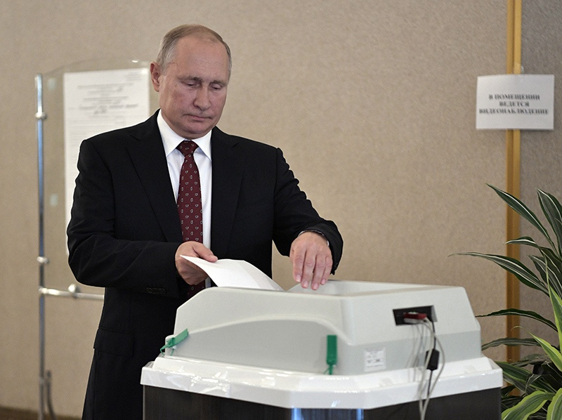 Владимир Путин во время голосования на выборах депутатов в Мосгордуму