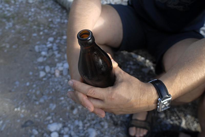 Бутылка в руках