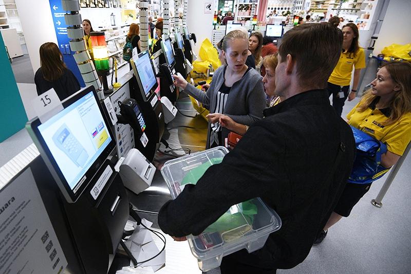 Покупатели у касс самообслуживания
