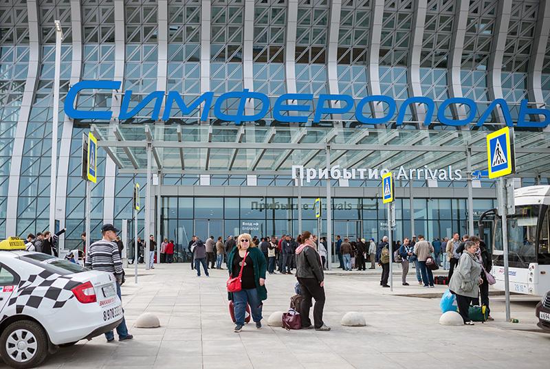 Пассажиры у здания терминала аэропорта Симферополь